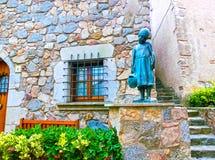 托萨德马尔,西班牙- 2015年9月14日:小女孩古铜色雕象在托萨德马尔西班牙镇  免版税库存照片