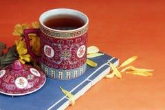 托起传统的茶壶 图库摄影