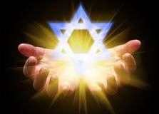 托起和拿着或者显示大卫王之星的手 所罗门马任大卫或封印  库存图片