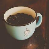 托起咖啡 库存照片