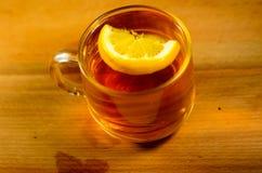 托起柠檬茶 免版税库存照片