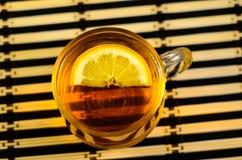 托起柠檬茶 免版税库存图片