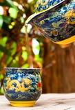 托起茶壶 免版税图库摄影