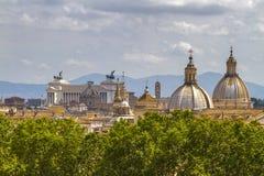 维托里奥Emanuele纪念碑和教会圆顶在罗马 库存图片