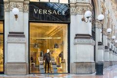 画廊维托里奥Emanuele II广场中央寺院的凡赛斯商店在米兰中心,意大利 免版税库存照片