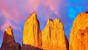 托里斯在桃红色日出,巴塔哥尼亚,智利的del潘恩 免版税库存图片