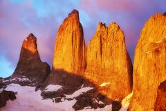 托里斯在桃红色日出,巴塔哥尼亚,智利的del潘恩 免版税库存照片