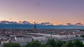 托里诺与痣耸立在大厦的Antonelliana的都灵,意大利地平线 退色从日落的Timelapse到黄昏, turnin 影视素材