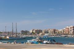 托雷维耶哈西班牙口岸和小游艇船坞有小船和船的 库存照片