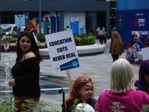托马斯班奈特社区学院削减预算的抗议者 库存图片