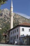 托鲁斯山脉的峰顶在背景和一个清真寺中前面的,埃尔马勒,安塔利亚,土耳其,2018年9月27日, 库存图片