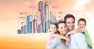 扛在肩上孩子的愉快的父母画象反对拉长的城市 免版税库存图片