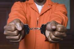扣上手铐的罪犯 免版税库存照片