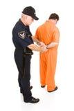 扣上手铐的警察囚犯 免版税库存照片