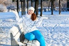 扣人心弦的少妇用手在冬天公园 免版税库存照片