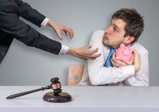 扣押财物、破产和施行概念 储款的没收在贪心金钱银行中 库存图片