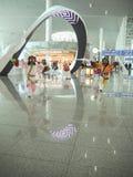 执行一个传统韩国面具舞蹈的舞蹈家在最近被打开的仁川国际性组织 库存图片