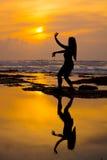执行一个传统巴厘语舞蹈的feamle 免版税库存图片
