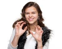 执行一个抓的姿态的女孩 免版税库存图片