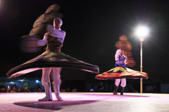 执行一个转动的舞蹈的阿拉伯舞蹈家 图库摄影