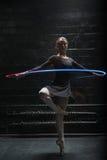 执行与一条五颜六色的体操丝带的宜人的体操运动员 库存图片