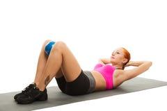 执行与球的美丽的肉欲的妇女健身 免版税库存图片