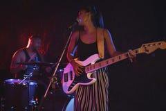 执行与男性鼓手的女歌手在夜总会 免版税库存图片