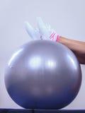 执行与适应球的妇女健身执行 库存照片