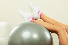 执行与适应球的妇女健身执行 库存图片