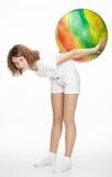 执行与fitball的有效的女孩执行 免版税库存图片