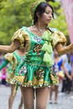 执行为萨尔塔,阿根廷狂欢节开头的舞蹈家  免版税图库摄影