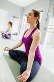 执行二女子瑜伽 免版税图库摄影