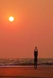 执行人海洋s剪影日落瑜伽 库存照片