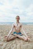 执行人瑜伽年轻人 免版税库存照片