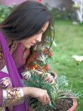 执行从事园艺的女孩印地安人 免版税图库摄影