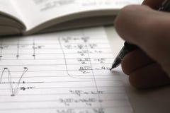 执行他的家庭作业算术studen 免版税图库摄影
