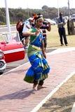 执行传统印地安舞蹈的小姐在德班南部A 库存图片