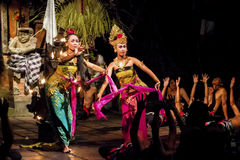 执行传统巴厘语舞蹈Kecak,巴厘岛,印度尼西亚的舞蹈家 库存照片