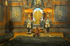 执行传统巴厘语Kecak恍惚火的舞蹈家跳舞 库存图片