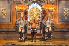 执行传统巴厘语Kecak恍惚火的舞蹈家跳舞 免版税图库摄影