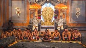 执行传统巴厘语Kecak恍惚火的舞蹈家跳舞 免版税库存图片