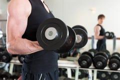 执行体操人体育运动的杠铃 图库摄影