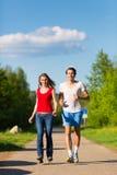 执行体育运动的新夫妇户外 免版税库存图片