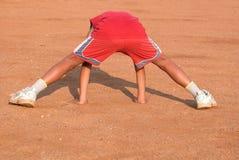 执行体育运动的男孩 图库摄影