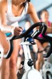 执行体育运动空转的妇女 免版税库存照片
