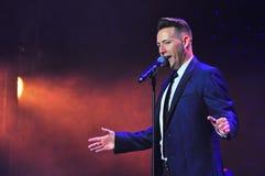 执行余兴节目展示的男性歌唱者 免版税库存图片