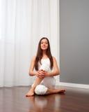 执行俏丽的空间女子瑜伽 免版税库存照片