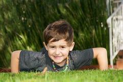 执行俯卧撑的男孩 图库摄影