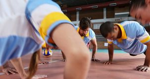 执行俯卧撑锻炼4k的排球运动员 股票视频
