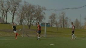 执行倒钩球的足球运动员在比赛期间 股票录像